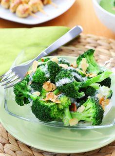 Brokuły z sosem jogurtowym i prażonymi migdałami. Więcej: http://www.kobieta.info.pl/przepisy-kulinarne/1467-brokuy-z-sosem-jogurtowym-i-praonymi-migdaami