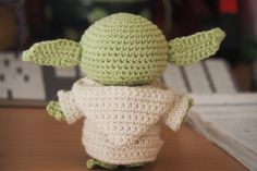 PATRÓN EN ESPAÑOL SCHEMA IN ITALIANO Hello there! Today I want to share with you a free amigurumi pattern of Yoda! I created this crochet chibi version a few years ago, as a commission from a hard-… Crochet Patterns Amigurumi, Amigurumi Doll, Crochet Dolls, Knitting Patterns, Star Wars Crochet, Crochet Stars, Crochet Crafts, Crochet Projects, Free Crochet