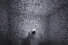 Linlin & Pierre-Yves Jacques, Lacelamps. La collection est composée d'une lampe de table « Land » et d'une suspension « Sky », la beauté et l'originalité de ses luminaires tiennent dans le couplage entre une partie en noir laqué et une partie faite de dentelle, magnifique ! Mais c'est une fois allumées, que les lampes dévoilent tout leur magie. Les projections lumineuses de la dentelle se portent sur les murs de la pièce pour offrir une ambiance unique.