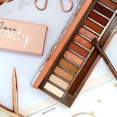 A b b i g a i l Flatlay pink rose gold urban decay naked heat eyeshadow palette Makeup Goals, Love Makeup, Makeup Inspo, Makeup Inspiration, Makeup Tips, Makeup Products, Beauty Products, Maquillage Urban Decay, Urban Decay Makeup