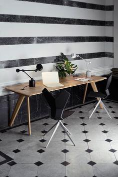 """Leuchte """"Boom"""", Tisch """"Slab School Desk"""" aus der """"Workspace""""-Serie, Tom Dixon. (Foto: Peer Lindgreen)"""