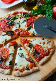 Pizza Margherita with Roasted Tomato Pizza Sauce - a simple and classic pizza made some much better thanks to a delicious Roasted Tomato Pizza Sauce. Tomato Pizza Recipe, Green Tomato Recipes, Vegetable Recipes, Eat Pizza, Pizza Hut, Baked Chicken Recipes, Pizza Recipes, Sauce Pizza, Margarita Pizza