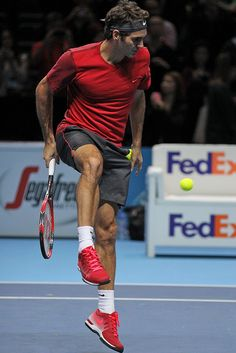 Roger Federer is widely heralded as the greatest tennis player of all time, earning the title from fellow professionals such as John McEnroe and Rafael Nadal. Roger Federer, Federer Nadal, Tennis Techniques, Tennis Photography, Tennis Pictures, Tennis Legends, Tennis Fashion, Men Fashion, Tennis World