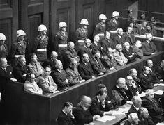 Líderes nazis en la sala del tribunal de Nuremberg durante las etapas finales de los juicios por crímenes de guerra. Primera fila, de izquierda a derecha: Hermann Goering, Rudolf Hess, Joachim von Ribbentrop y Wilhelm Keitel. Segunda fila, 3 y 4 de izquierda a derecha: Baldur von Schirach y Fritz Sauckel