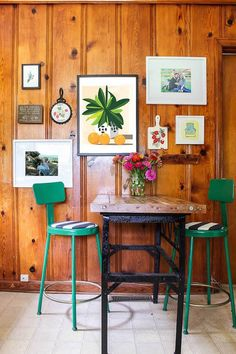 Knotty Pine Walls Decorating Ideas – don't paint it, work with it! Three ways to make knotty pine paneling gorgeous. - My Home Decor Knotty Pine Living Room, Knotty Pine Rooms, Knotty Pine Decor, Knotty Pine Kitchen, Knotty Pine Paneling, Funky Home Decor, Vintage Home Decor, Rustic Decor, Diy Home Decor