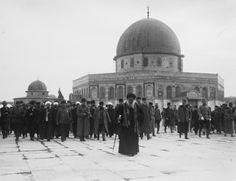 TURKISH OFFICERS VISITING THE DOME OF THE ROCK 1916