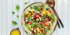 Ingenting er så godt som en frisk salat i varmen. Denne deilige sommersalaten med fersken og bacon holder deg mett og glad lenge.
