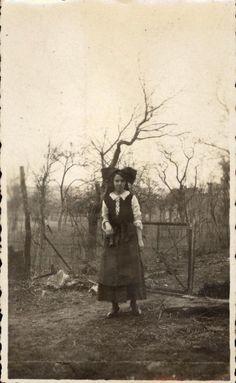 snapshot photo femme en tenue alsacienne costume folklore vintage vers 1920