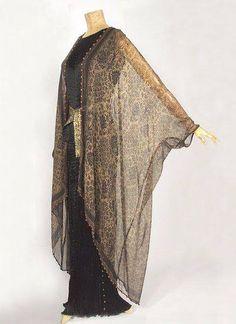 """Abito veneziano di Fortuny """"Delphos"""", in seta plissettata e scialle-giacca in chiffon stampato, del 1920 ca. """""""
