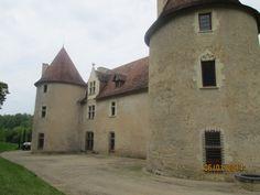 Le château de la Motte est un grand bâtiment rectangulaire, flanqué de 2 tours cylindriques sur les angles de la façade sud, et d'une tour d'escalier pentagonale vers le milieu de la face opposée. Les 2 longs côtés sont percés de grandes croisées organisées en travées.