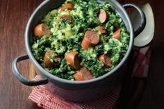 Kale with sausage - (Translated: Boerenkool met worst). Traditional food what people think the Dutch eat it all the time. Traditional Dutch Recipes, Netherlands Food, Recipe Today, Potato Recipes, I Foods, Food Inspiration, Love Food, Food To Make, Dinner Recipes