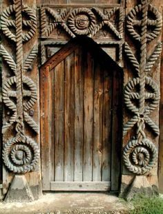 sculptura in lemn traditionala din romania - cautari Door Entryway, Entrance Doors, Doorway, Cultural Architecture, Architecture Details, Portal, Little Paris, Wooden Gates, Door Kits