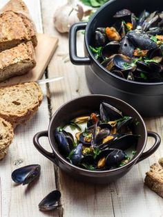 North West France - Paris Moules Marinières (A recipe from the west of France where you cook the mussels in a white wine broth with shallots and parsley.) Pairing: A blond Belgian ale, or a white wine (keeping true to the Belgian roots of this dish) Wrap Recipes, Fish Recipes, Seafood Recipes, Dinner Recipes, Cooking Recipes, Recipies, French Dishes, French Food, Kitchen Gourmet