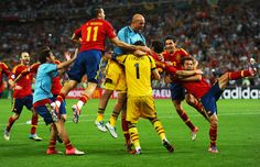 Spain 0 Portugal 0 p) in 2012 in Donetsk. Spanish players go crazy after winning the penalty shoot-out in the Semi Final of Euro Spain National Football Team, Euro Championship, Penalty Shoot Out, Fifa Football, Euro 2012, Soccer Games, Professional Football, Latest Video, Basketball Court