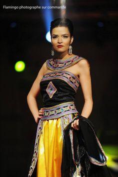 La robe kabyle n'est pas seulement appréciée des femmes kabyles. Ces dernières années, les stylistes ont su la moderniser sans qu'elle perde son âme. Découvrez...
