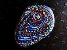 6o, galet peint à l'acrylique dans les tons bleu, violet, lie de vin, rose, orange, blanc et noi