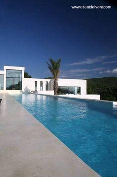 Moderna pileta de natación al aire libre