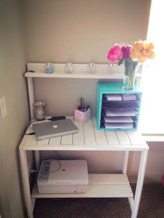It is so creative idea to make a pallet desk using old wooden pallets and use it for many useful purposes. The use of pallet wood to make a pallet desk is Pallet Furniture Designs, Furniture Projects, Diy Furniture, Furniture Plans, Pallet Crafts, Diy Pallet Projects, Home Projects, Pallet Desk, Pallet Tables