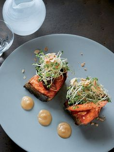 味噌でしっかり味をつけた鮭は、旨みがじっくり引きだされ、日本酒のお供にぴったり。ローストしたアーモンドの香ばしさはこんがり焼いた鮭の香りと相性抜群。甘めの味噌ソースを添えて、モダン・ジャパニーズに早変わり。|『ELLE gourmet(エル・グルメ)』はおしゃれで簡単なレシピが満載!