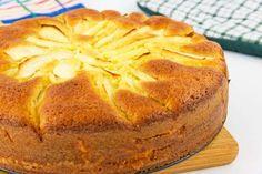 Per preparare la torta di mele e mascarpone iniziate sbattendo le uova con lo zucchero in una ciotola fino ad ottenere un composto chiaro e spumoso. In una seconda ciotola mescolate il mascarpone co...