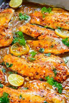 Thìs easy Spìcy Lemon Garlìc Baked Tilapia takes all of 5 mìnute of preparatìon tìme before you pop ìt ìn the oven. Paìr ìt wìth sautéed vegetables and steamed rìce for a hearty meal. Ceviche, Mexican Fish Recipes, Bbq Fish Recipes, Keto Recipes, Food Network, Best Tilapia Recipe, Oven Baked Tilapia, Baked Fish, Fish Dinner