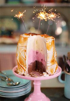 Baked Alaska Cake - so cute with sparklers! Köstliche Desserts, Wedding Desserts, Frozen Desserts, Frozen Treats, Delicious Desserts, Dessert Recipes, Yummy Food, Wedding Cakes, Cake Recipes