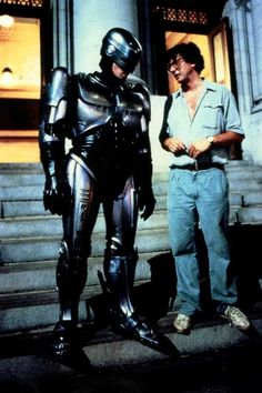 Director Paul Verhoeven on set, with Peter Weller as Robocop Pet Sematary, Sf Movies, Good Movies, Movie Props, Film Movie, Science Fiction, Twilight, Peter Weller, Paul Verhoeven