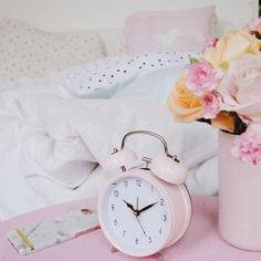 Sweet dreams in pink. alarm-clock,pink.roses,bed,pillows Foto: @by.osquare