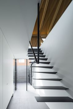 Professionals in staircase design, construction and stairs installation. In addition EeStairs offers design services on stairs and balustrades. Architecture Details, Interior Architecture, Escalier Design, Stair Handrail, Floating Staircase, Modern Stairs, Stair Steps, Interior Stairs, Interior Design Magazine