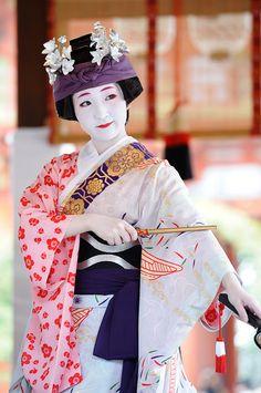 Gejsza (geisha) to artystka, mistrzyni śpiewu, tańca, gry na instrumentach. Uczona wypowiadać się poprawnie i elegancko. Zajmuje się także ikebaną, kaligrafią, wśród nich kultywowana jest ceremonia parzenia herbaty. Znają literaturę i poezje, mają dobre maniery, jednak ze względu na historię często są błędnie utożsamiane z prostytutkami.