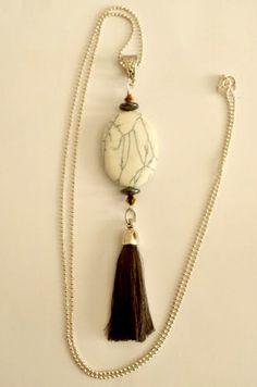 Sautoir pompon fil anthracite, palet ovale d'howlite beige veiné, 2 perles plates d'hématite et 2 toupies cristal de Swarovski : Collier par creationsannaprague