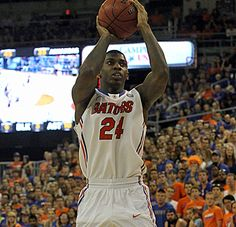 Florida cruises past Arkansas, lose Frazier to concussion (Casey Prather pulls up for a shot)