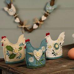 Enlarge and would make a cute teapot cozy or small for egg cozies Felt Embroidery, Felt Applique, Felt Crafts, Easter Crafts, Cute Teapot, Chicken Crafts, Ideias Diy, Felt Birds, Felt Decorations