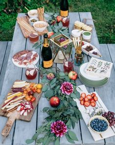 How to master fall entertaining at home for gatherings that look stunning but require minimal effort. Hint, start with dahlias.Fall Entertaining: Happy Hour at Home Rhode Island, Labor Day, Snacks Für Party, Party Drinks, Party Party, Party Guests, Ideas Party, Dinner Party Foods, Patio Party Ideas
