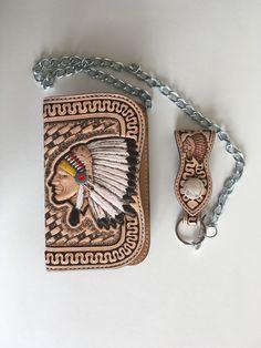 Portefeuille biker artisanal en cuir repoussé motif: tête d'indien et basket : Porte-monnaie, portefeuilles par lakota-cuir