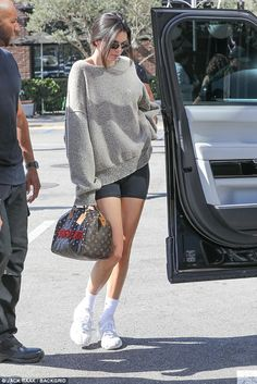 Kourtney Kardashian competes with Kendall Jenner for best legs - Kenny's look: Kendall looked like she rolled out of bed with an oversized grey sweater, black bi - Kourtney Kardashian, Kendall And Kourtney, Kendall Jenner Outfits, Kendall Jenner Legs, Kendal Jenner Street Style, Kendall Jenner Adidas, Kendall Jenner Short Hair, Kendall Jenner Calvin Klein, Kendall Jenner Workout