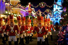 Disney World @ Christmas. I really want to be here right now!