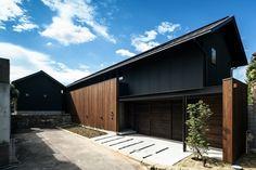 段差を生かす家 道路側の外観|重量木骨の家 選ばれた工務店と建てる木造注文住宅