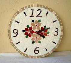 Clock with mosaic flowers, made with glass inserts. Measures 30 cm in diameter. Mosaic Art, Mosaic Glass, Mosaic Tiles, Mosaic Furniture, Wall Watch, Mosaic Flowers, Paper Clay, Stained Glass Art, Diy And Crafts