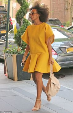 Solange Knowles makes a style statement in dramatic green dress at New York fete African Attire, African Wear, African Dress, Simple Dresses, Casual Dresses, Casual Outfits, Fashion Outfits, Fashion Ideas, Fashion Tips