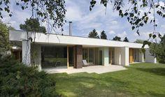 Dům 4 řeší ochranu oken před přehříváním už svým tvarem, střecha tvoří hluboký