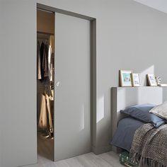 Optimiser l' espace en installant une porte à coulissante à galandage. Pratique, discrète et  esthétique : Lorsque vous ouvrez la porte, elle coulisse dans la cloison et offre un gain de place indéniable. Personnalisable selon votre déco, cette porte est prête à peindre et dispose d'un emplacement pré-percé pour accueillir la poignée de votre choix - Castorama Home Bedroom, Master Bedroom, Door Design, House Design, Pocket Doors, Internal Doors, Windows And Doors, Sliding Doors, Sweet Home