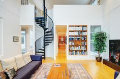妙趣簡約:獨特的盤旋而上的樓梯,營造出妙趣橫生的生活空間,高高的天花板和寬大的房間讓您西海岸的悠閒生活更加自在,4間臥室,3.5間浴室。 CAN $1,538,000
