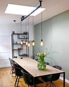 Geen zin in keuzestress? Bestel dan de standaard Lightbar als complete set met dimbare LED Edison lichtbronnen erbij. De enige keuze die jij hoeft te maken is de lengte van de Lightbar en het aantal pendels, de rest hebben wij al voor je geregeld. De complete set van deze industriele hanglamp bestaat uit: -Zwart stalen Lightbar in lengte naar keuze -Zwarte plafondkap met 3 of 5 aansluitpunten -Zwarte fittingen -Zwart snoer waarvan de middelste 150cm lengte en de overige 200cm Edison Lighting, Bar Lighting, Home Lighting, Dimmable Led Lights, Black Ceiling, Lamp Socket, Lamp Design, A Table, Light Bulb