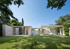 Modern Transparent House by De Bever Architecten, Eindhoven Architecture Résidentielle, Minimalist Architecture, Amazing Architecture, Design Exterior, Modern Exterior, Magazine Deco, Dutch House, Home Additions, Cool House Designs