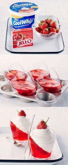 Lekker dessert, vooral voor kinderen. Jell-O (of iets anders, zoals kwark) in een kommetje en schuin laten opstijven in de koelkast. Daarna aanvullen met slagroom.