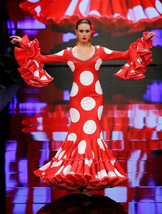 Simof 2018: el desfile de Carmen Vega, en fotos | Chema Soler Retro Fashion, Women's Fashion, Retro Style, Aurora Sleeping Beauty, Magazine, Dance, Disney Princess, Lady, Illustration