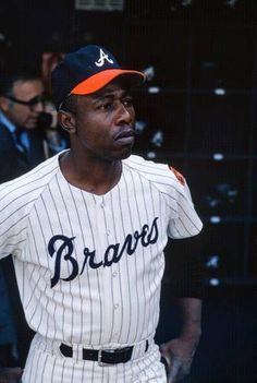 Hank Aaron, Atlanta Braves Mo re Baseball Star, Braves Baseball, Baseball Players, Baseball Cards, Mlb Uniforms, Baseball Uniforms, Cubs Team, Hank Aaron, Baseball Pictures