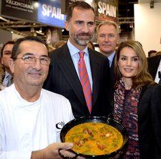 Los Príncipes de Asturias 'cortan el bacalao' en la feria de la alimentación en Alemania