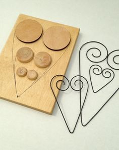 Wire hearts,and a picture of the jig used to make 3 different sizes! Wire Crafts, Metal Crafts, Jewelry Crafts, Diy And Crafts, Wire Wrapped Jewelry, Wire Jewelry, Art Fil, Wire Jig, Wire Ornaments